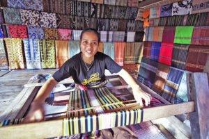 sukarara clothes weaving, sukarara village, lombok places interest